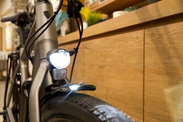 フロントライトは光軸が調整可能で、ヘッドライトに最適化された広配光モデル。