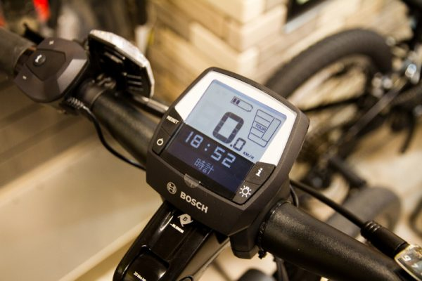 BOSCH社製のサイクルコンピュータを備えスピードや距離、アシストの残距離などを表示可能