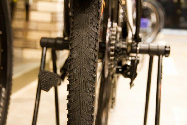 700x45cサイズの幅広タイヤが安定性を高めています。耐パンク性能も抜群です!