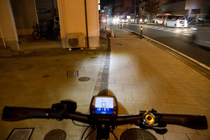 ライト照射範囲が最適化されているため夜道でも路面を確認できます!