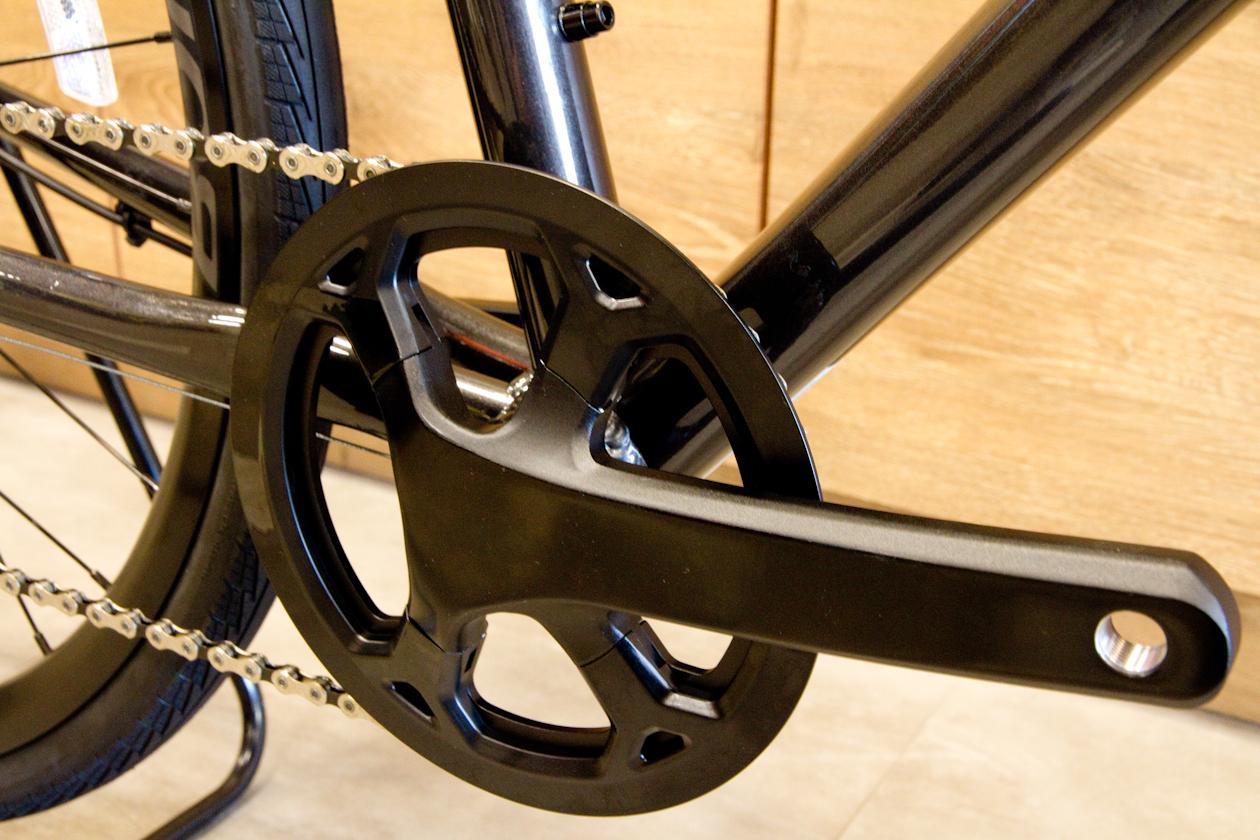 クランクはシンプルなデザイン&シングルチェーンリングで操作性抜群です