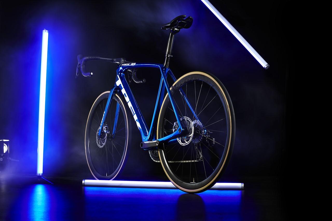 s-Emonda_Blue_Chrome_Low_Rear